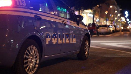 Servizio di controllo della polizia a Napoli, due uomini denunciati dopo essere stati sorpresi con merce contraffatta. A Fuorigrotta 26enne arrestato per evasione dai domiciliari