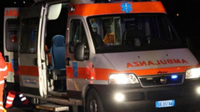 Incidente stradale a Salerno, un'auto con a bordo cinque giovani finisce fuori strada, un morto e quattro feriti gravi