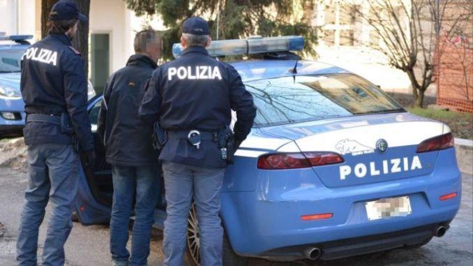 Droga ed estorsioni tra Nola e Saviano (Napoli), cinque arresti della polizia, sequestrate dagli agenti anche alcune armi in possesso degli indagati