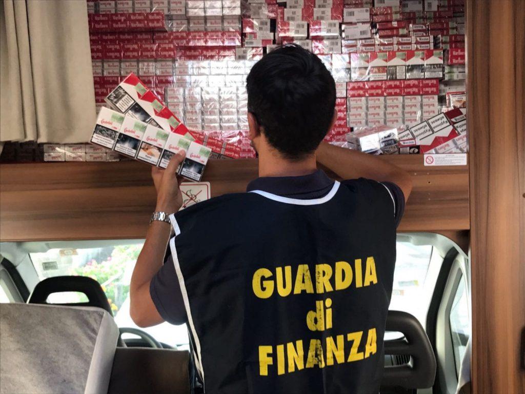 Operazione della Guardia di Finanza di Napoli che ha smantellato un'organizzazione criminale dedita al contrabbando di sigarette tra Secondigliano e San Giovanni a Teduccio, arrestate 4 persone