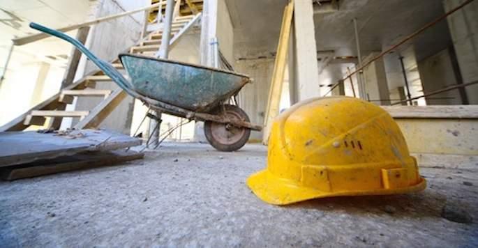 La Procura di Napoli ha aperto un fascicolo sulla morte di un operaio caduto mentre eseguiva lavori edili. L'uomo è deceduto dopo sette mesi di agonia in ospedale, disposta l'autopsia