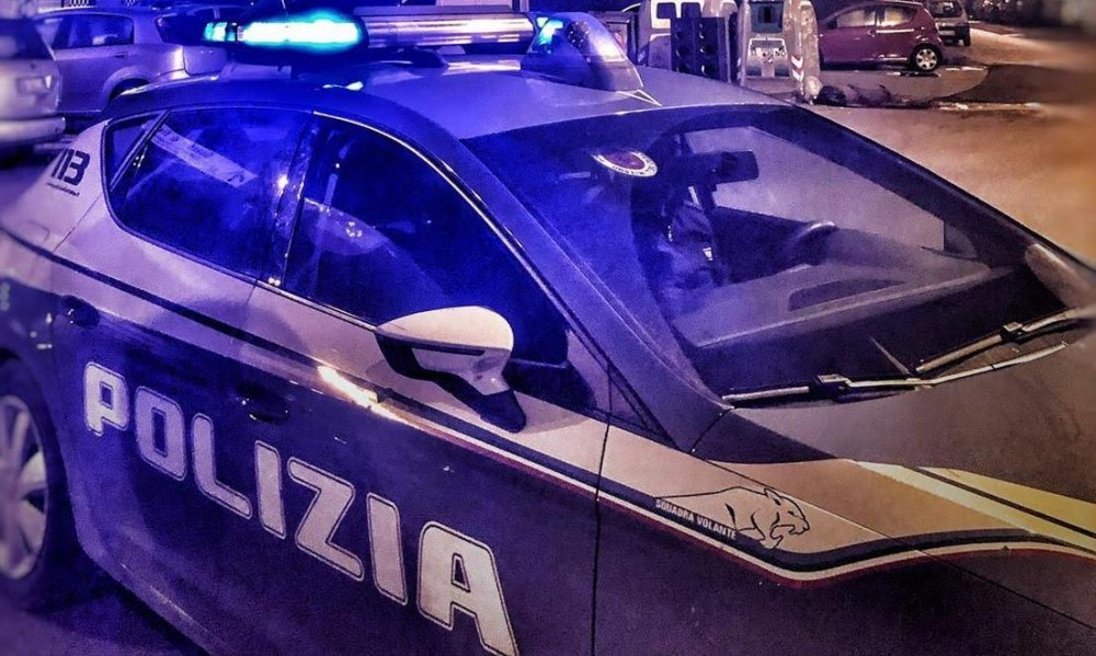 Rapina un giovane in un parcheggio in via Giorgio dei Grassi a Napoli e si dà alla fuga, 27enne pregiudicato individuato e arrestato poco dopo dalla Polizia