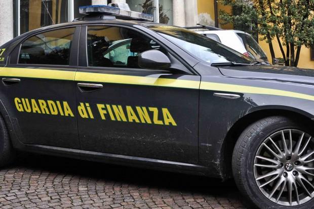 La Guardia di Finanza di Napoli sequestra 17 kg di cocaina purissima. La droga, nascosta in un tir proveniente dall'Olanda, avrebbe fruttato sul mercato 5 milioni di euro. Arrestato l'autista