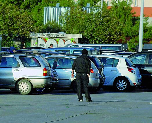 Napoli, parcheggiatori abusivi con reddito di cittadinanza, quattro denunciati dalla polizia, le somme percepite dovranno essere restituite