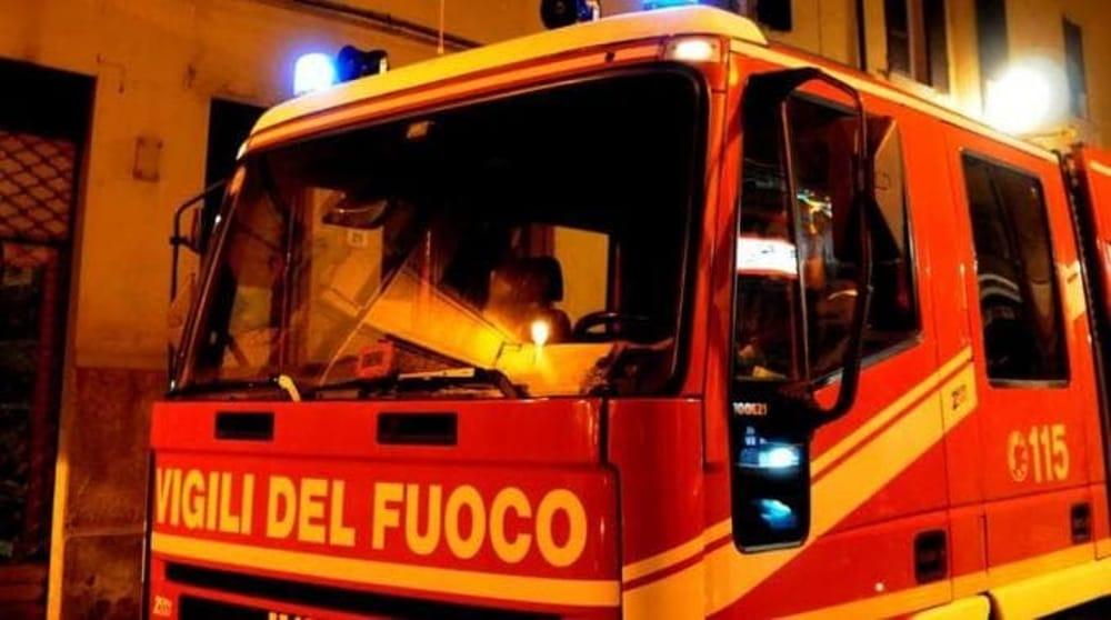 Due anziani coniugi salvati da Carabinieri e Vigili del fuoco per un incendio divampato nel loro appartamento a Casoria (Napoli). La causa è probabilmente un guasto alla stufa