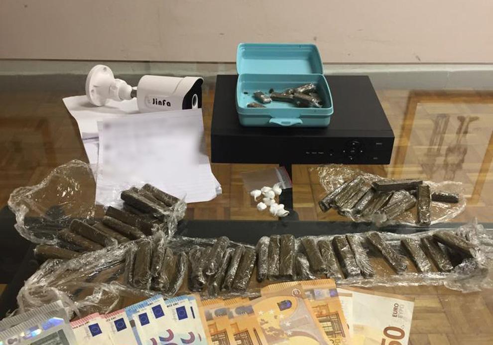 Spacciatore affiliato al clan Mazzarella-D'Amico arrestato dai carabinieri, nella sua abitazione nel quartiere Barra di Napoli i militari hanno rinvenuto cocaina, hashish, denaro e telecamera di videosorveglianza