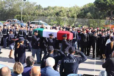 """Pozzuoli (Napoli), lacrime e dolore per l'ultimo saluto all'agente ucciso a Trieste insieme al collega, il vescovo: """"Fare il bene è l'unico modo per combattere il male"""""""