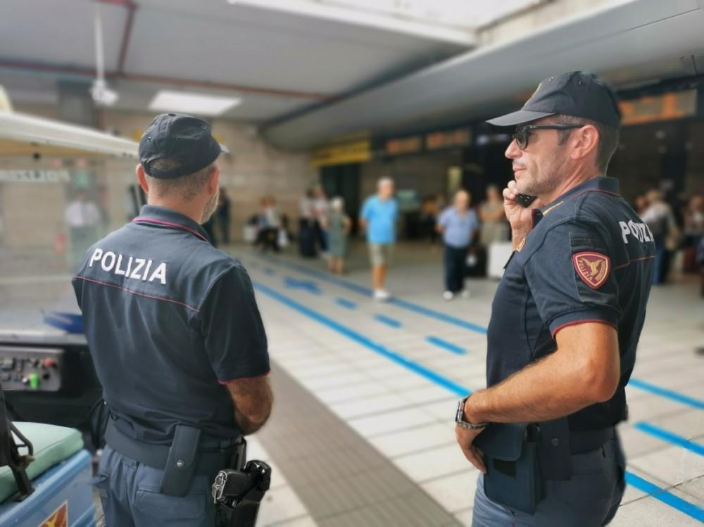 Napoli, ha tentato di aggredire due ragazze in un convoglio seminando panico tra i passeggeri e sequestrando il capotreno, arrestato dalla Polfer