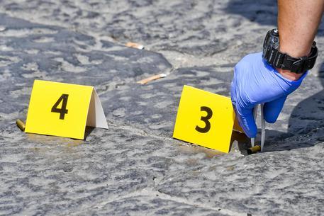 """Si torna a sparare nel quartiere di Pianura di Napoli, una """"stesa"""" nel corso della notte è stata segnalata alla Polizia da alcune telefonate. Ritrovati tredici bossoli, indagini in corso"""