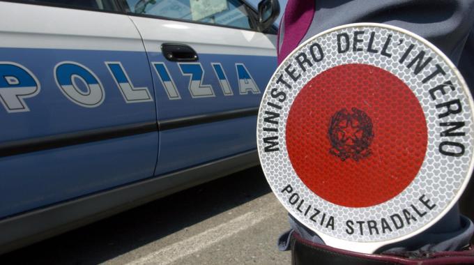 Pompei (Napoli), non si ferma ad un posto di blocco della polizia, 40enne arrestato dopo un lungo inseguimento. L'uomo sanzionato per guida senza patente e inottemperanza alle misure anti-Covid