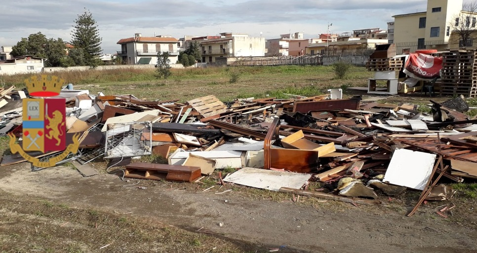 """""""Fucaracchi"""" dell'Immacolata, controlli straordinari della polizia a Castellammare di Stabia (Napoli): rimossi 140 metri cubi di legname, identificate 673 persone, rinvenute droga, un'arma e munizioni"""
