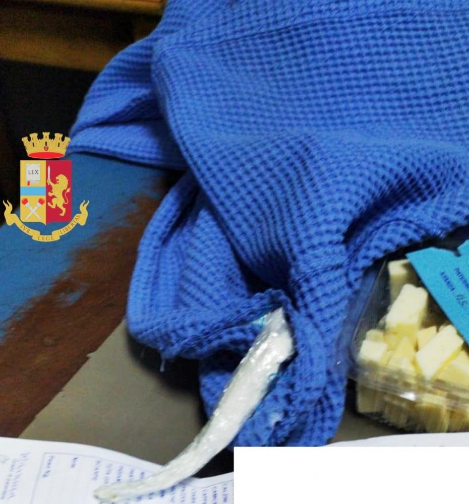 Napoli, cocaina nel bordo dell'accappatoio consegnata dalla madre a un detenuto del carcere di Poggioreale, arrestata
