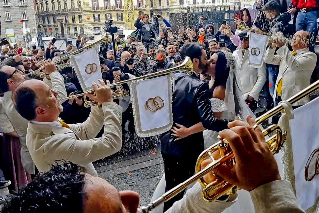 Nozze trash a Napoli, licenziati 5 ispettori componenti della banda della penitenziaria che suonarono per il matrimonio di Tony Colombo e Tina Rispoli