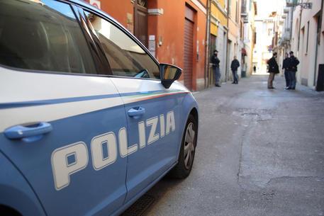Usura: interessi del 110% a Torre del Greco, la polizia arresta due persone accusate anche di porto abusivo di arma da guerra