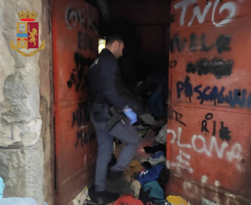 Napoli, 26enne arrestato dalla polizia per spaccio, il giovane sorpreso mentre vendeva una dose, dopo una colluttazione con gli agenti scattate le manette