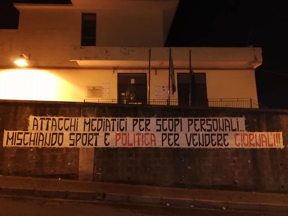 """Casola di Napoli, figlio del ras di camorra ucciso manda arbitro in ospedale e gli ultras se la prendono con i giornalisti. Il sindacato di categoria: """"Inquietante silenzio delle istituzioni locali"""""""