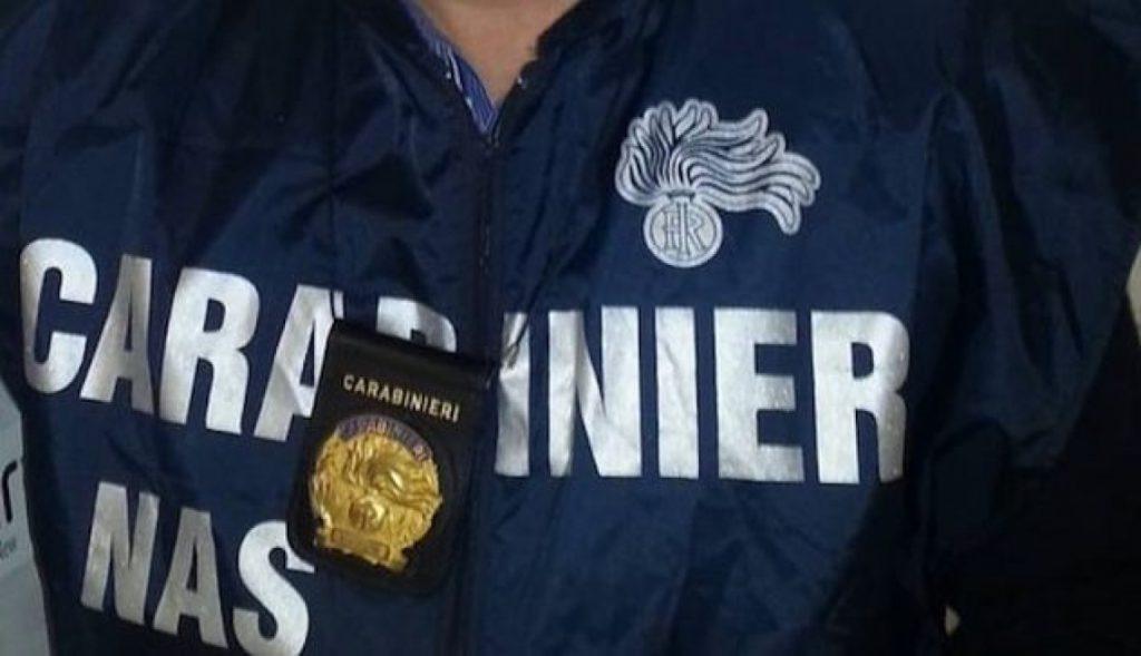 Controlli a tappeto dei carabinieri del Nas a Napoli e provincia, oltre 800 chili di alimenti sequestrati e sanzioni per violazioni alle normative sulla tracciabilità alimentare. Sequestrate anche 2.400 mascherine non idonee