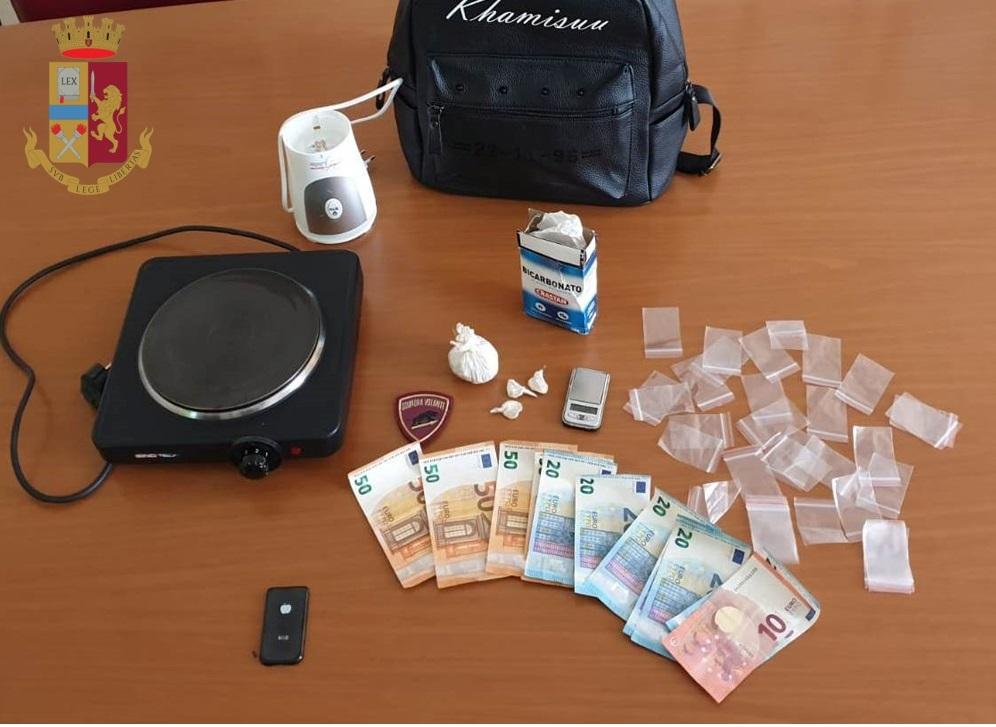 Servizio di controllo della polizia con cani antidroga, arrestato a Napoli un 43enne, in casa aveva eroina soldi e bilancino di precisione