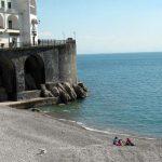 Per scongiurare gite fuori porta nei giorni di Pasqua, il comune di Amalfi ha disposto controlli sulle spiagge, previsti anche posti di blocco e pattugliamenti dei sentieri