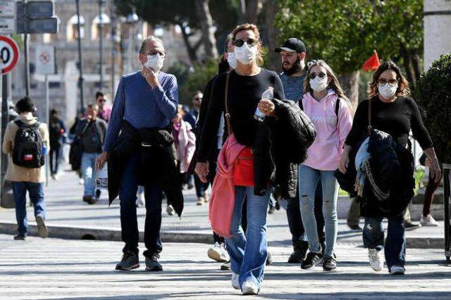 Non indossavano la mascherina, fioccano le multe a Napoli. La Polizia è intervenuta per segnalazioni assembramenti davanti ad un bar. Grande preoccupazione nel calcio, tamponi per tutti i giocatori del Napoli
