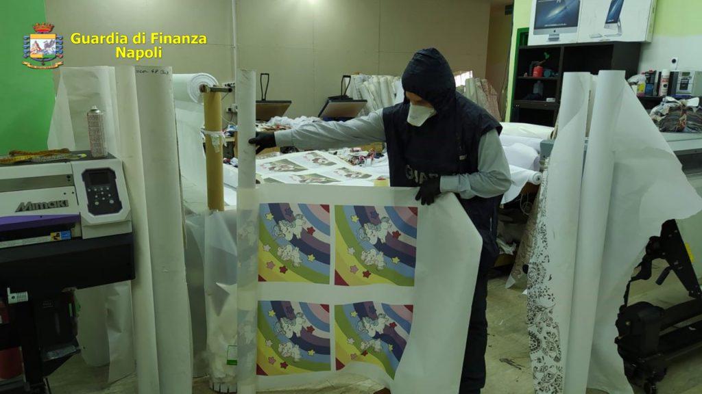 Sequestrata dalle Fiamme Gialle nel nolano una fabbrica clandestina di mascherine e oltre 106mila dispositivi di protezione individuale non a norma e con loghi contraffatti