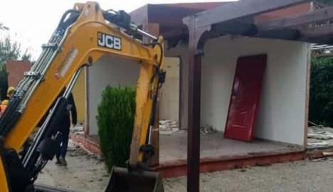 Ripartono gli abbattimenti di manufatti abusivi, ruspe in azione a Cellole (Caserta) dove sono state demolite due villette