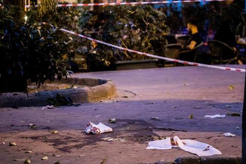Extracomunitario accoltellato in piazza Bellini a Napoli, catturato dalla polizia l'autore, si tratta di un 34enne italiano che avrebbe agito per motivi personali
