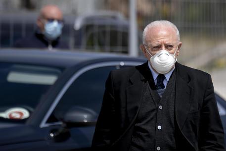 """Coronavirus, obbligo di mascherina all'aperto in tutta la Campania fino al prossimo 4 ottobre, De Luca firma l'ordinanza: """"Occorreripristinare immediatamente comportamenti responsabili"""""""