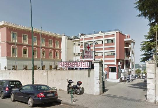 Ha aggredito due infermiere al Fatebenefratelli di Napoli dopo che era stato invitato ad allontanarsi da un reparto dell'ospedale, denunciato dalla polizia