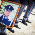 """Napoli, al via il processo per l'omicidio di Lino Apicella il poliziotto rimasto ucciso lo scorso aprile nel tentativo di fermare una banda di rapinatori. La madre: """"Credo nella giustizia come mio figlio credeva nello Stato"""""""