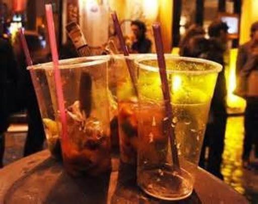 Coronavirus, stretta antimovida in Campania con una nuova ordinanza firmata dal governatore che prevede feste a numero chiuso con un massimo di 20 persone e dalle 22 stop alla vendita di bevande alcoliche da asporto
