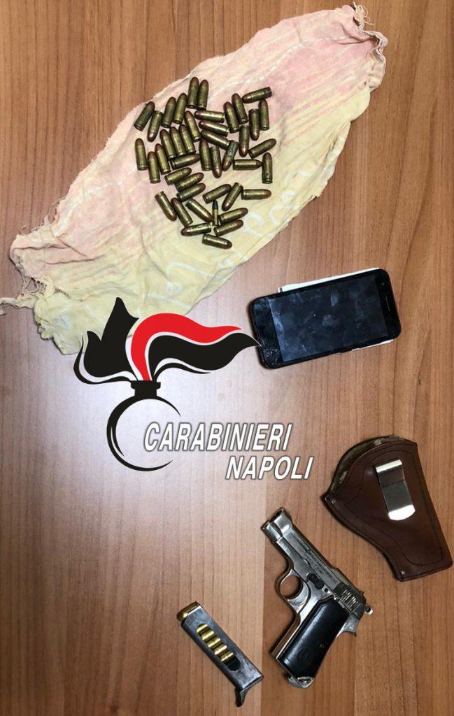 I carabinieri arrestano un 41enne a Napoli, aveva appena nascosto una pistola pronta a sparare, con lui un 28enne denunciato per evasione