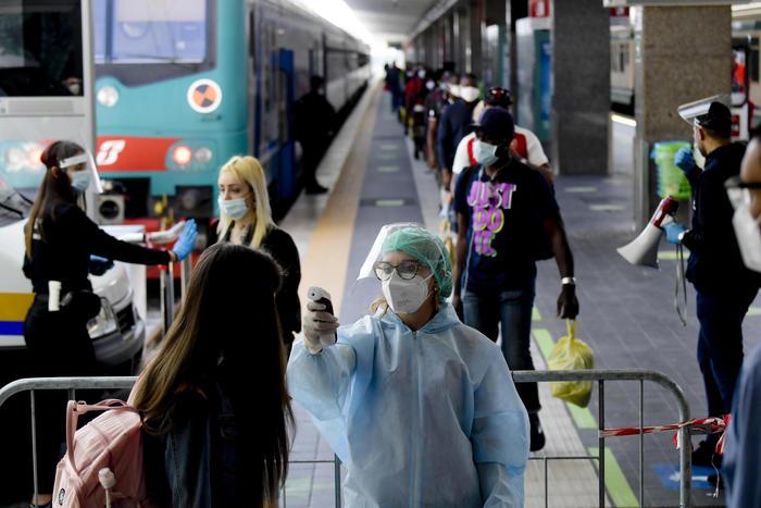 Fase 3, controlli alla Stazione Centrale di Napoli per i treni provenienti dal Nord, la gioia di chi rientra finalmente a casa dopo il lockdown