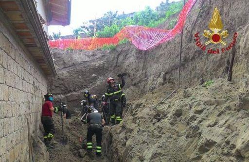 Napoli, crolla un muro di contenimento di uno stabile durante lavori di ristrutturazione, estratti dalle macerie i cadaveri di due operai. Sul posto vigili del fuoco e carabinieri