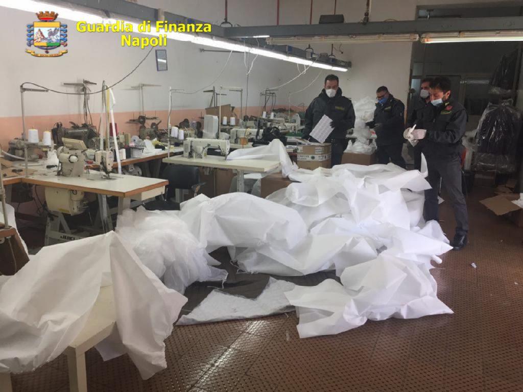 Sequestrata a Succivo (Caserta) una fabbrica abusiva di mascherine, camici, tute antivirali e 4000 dispositivi di protezione individuale non sicuri e con loghi contraffatti, una denuncia