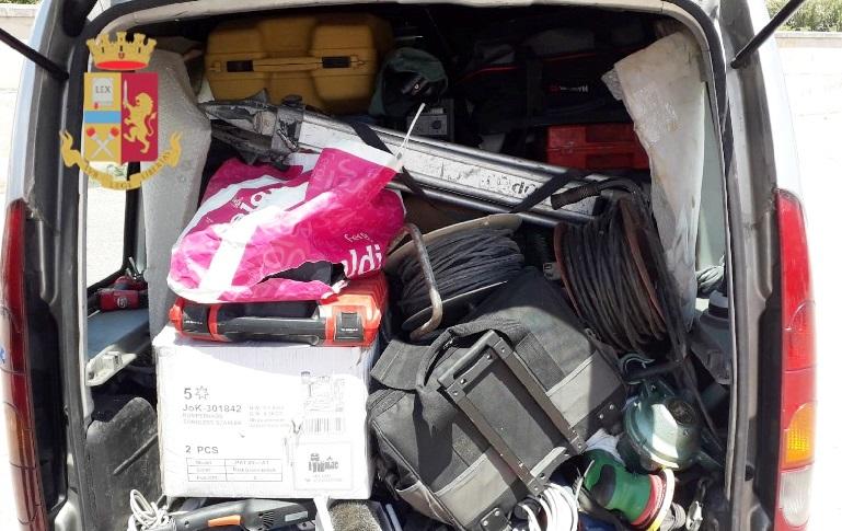 Casoria (Napoli), 55enne denunciato per ricettazione, il titolare di una ditta edile ha riconosciuto, su un banco del mercato alcuni attrezzi che gli erano stati sottratti