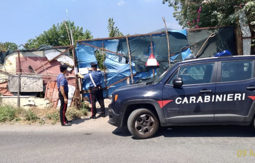 Poggiomarino (Napoli), 43enne di Scafati (Salerno) aveva allestito una discarica abusiva in un terreno, scoperto e denunciato dai carabinieri