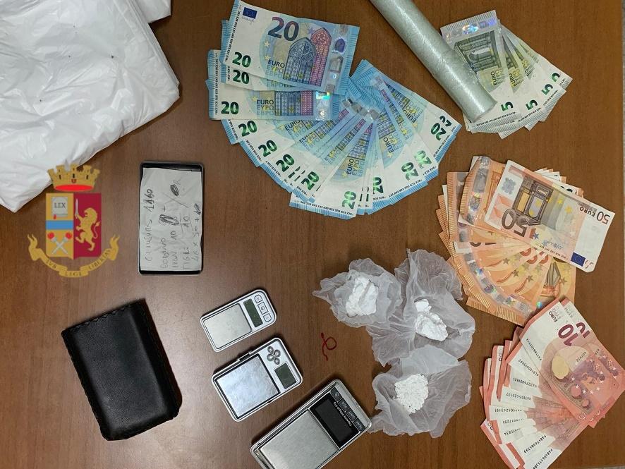 Napoli, in quattro sorpresi con involucri di cocaina nel sottoscala di un edificio ed arrestati, rinvenuto anche il materiale per il confezionamento. L'ingresso dello stabile era sorvegliato da 4 telecamere