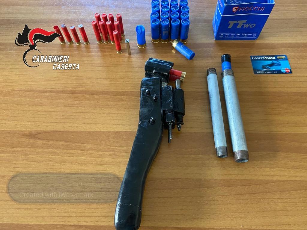 Minaccia la moglie con una pistola durante una lite, 42enne arrestato dai carabinieri a Frignano (Caserta) per maltrattamenti e violenza