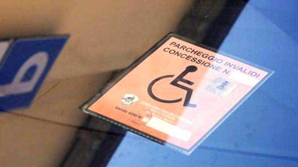 Napoli, denunciato dalla polizia un parcheggiatore abusivo e sequestrati  falsi permessi per invalidi