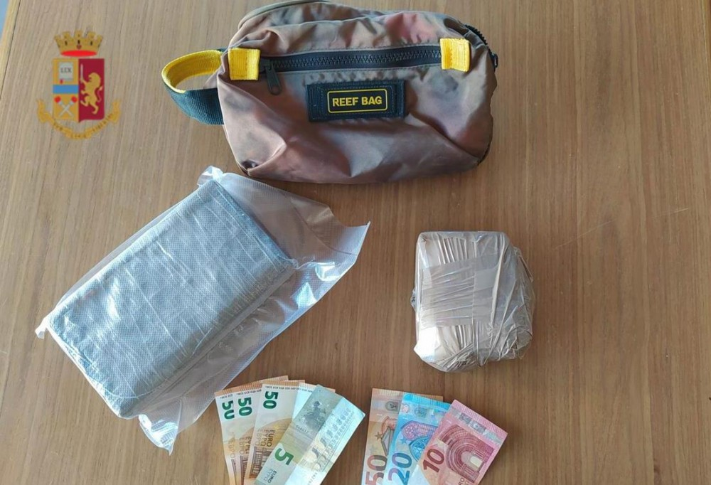 Napoli, fermati a bordo di uno scooter con oltre un chilo di cocaina, due arresti della polizia