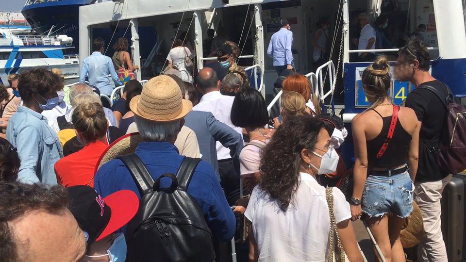 Trasporti marittimi in Campania, resta in vigore l'ordinanza regionale che prevede l'obbligatorietà solo dell'uso delle mascherine