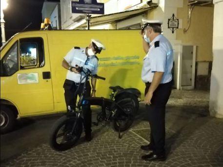 Blitz a Ischia di carabinieri e polizia municipale contro bici elettriche modificate, 25 multe e 8 sequestri tra cui una bici guidata da un 13enne in grado di raggiungere 40 km/h