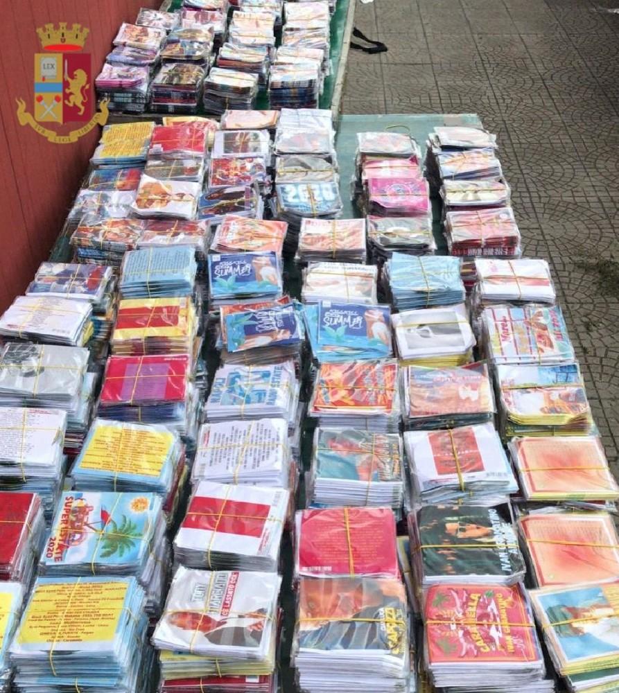 Napoli, 50enne denunciato per ricettazione, e vendita di accessori con marchi contraffatti, sequestrati dagli agenti circa 900 cd e dvd
