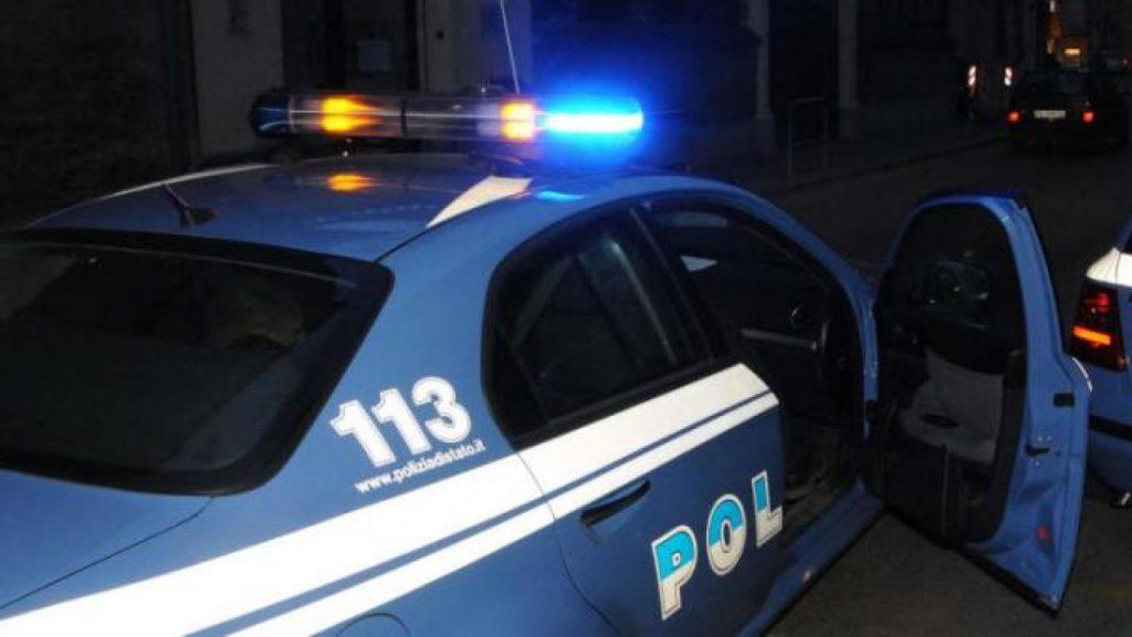 Con una spranga di ferro ha danneggiato la porta d'ingresso di un ufficio e distrutto la telecamera di videosorveglianza, 21enne denunciato dalla polizia a Napoli