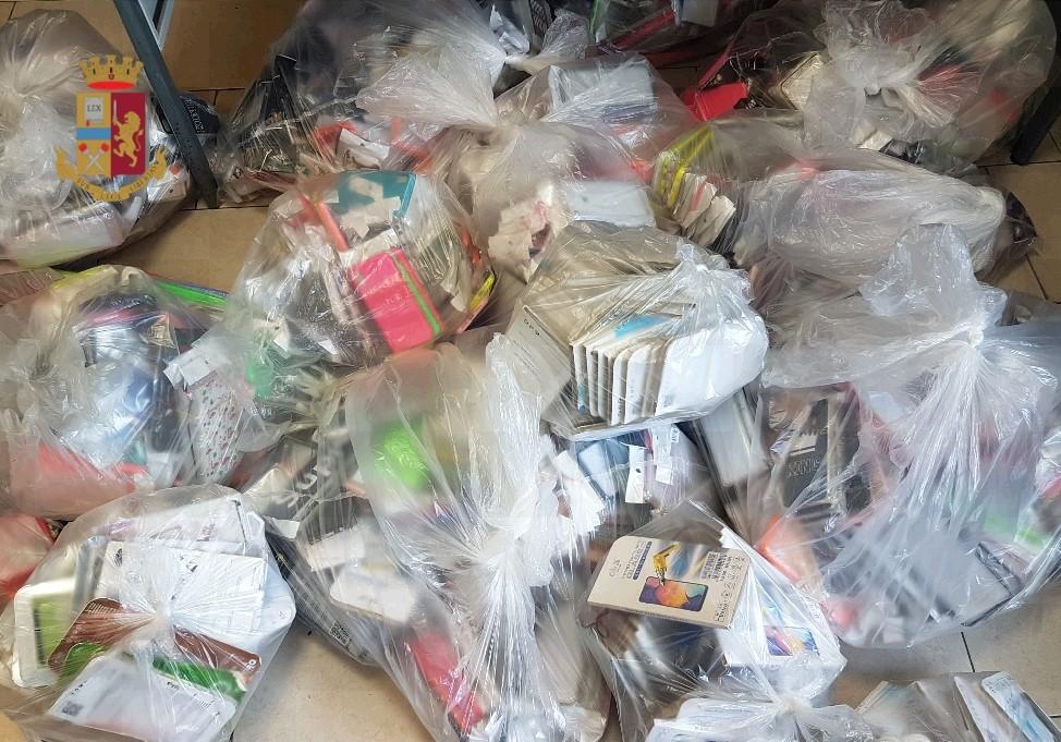 Napoli, ambulante 45enne sanzionato dalla polizia, sequestrate 2070 cover e 188 pellicole per cellulari
