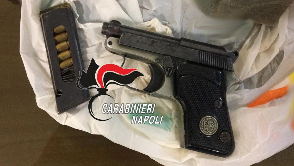 Pistola pronta a sparare rinvenuta e sequestrata dai carabinieri in un sottoscala di un complesso popolare a Monterusciello (Napoli)