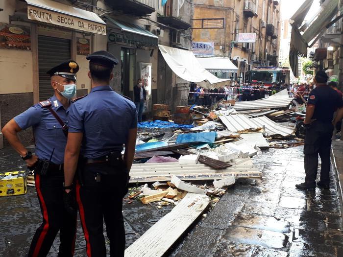 Maltempo su Napoli, vento e forte pioggia caduta in poco tempo sulla città, vigili del fuoco al lavoro per le numerose richieste di intervento. Paura alla Pignasecca per il cedimento di una tettoia, nessun ferito