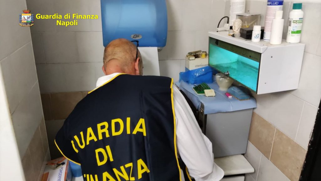 Sequestrato dalla Guardia di finanza a Napoli un ambulatorio abusivo adibito a studio medico, denunciato un falso dentista