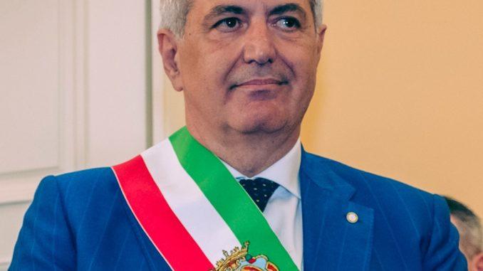 """Il sindaco di Nola positivo al Covid, lo ha annunciato con un post sui social: """"Continuerà a lavorare da casa per il bene della comunità"""""""